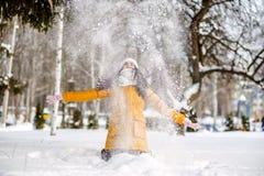 Werfender Schnee der jungen Frau Lizenzfreie Stockfotos