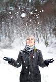 Werfender Schnee des Mädchens Stockbilder