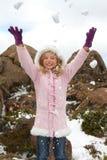 Werfender Schnee des Mädchens stockfotografie