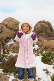 Werfender Schnee des Mädchens lizenzfreie stockfotos