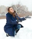Werfender Schnee des Mädchens Stockfoto