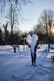 Werfender Schnee des Mannes in die Luft in einem Liebesherzen lizenzfreie stockbilder