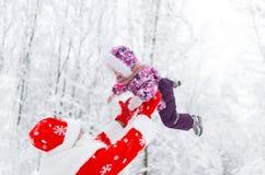 Werfendes Baby Santa Clauss im Himmel am Wintertag im Wald lizenzfreies stockfoto