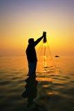 Werfendes Fischernetz während des Sonnenuntergangs lizenzfreie stockfotografie