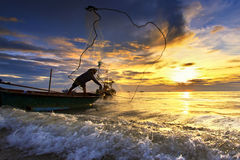 Werfendes Fischernetz während des Sonnenuntergangs stockfotografie