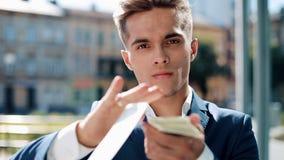 Werfendes Geld des glücklichen, erfolgreichen Geschäftsmannes zur Kamera Geldregen, fallende Dollar Langsame Bewegung Erfolgreich stock footage
