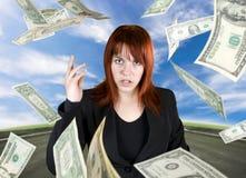 Werfendes Geld des verärgerten Mädchens in Ihrem Gesicht Lizenzfreies Stockfoto