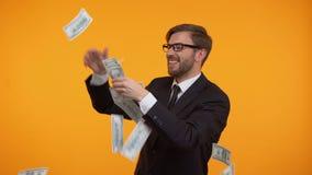 Werfendes Geld des wohlhabenden Geschäftsmannes in einer Luft, empfing Finanzierung für Anfang oben, Sieger stock video