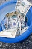 Werfendes Geld weg Lizenzfreie Stockfotos