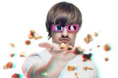 Werfendes Popcorn des Mannes am Projektor Stockbilder