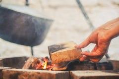 Werfer auf dem Feuer stockfoto