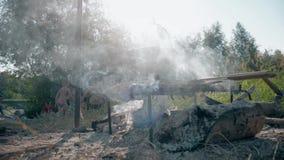 Werferlager, das auf einer kampierenden Szene des Feuers kocht, die ein Topf mit dem Lebensmittel, das vorbereitet wird, über das stock footage