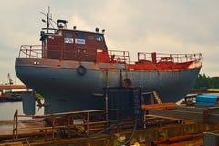 Werft in Gdansk mit Hafenkanal Stockbild