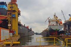 Werft in Gdansk mit Hafenkanal Stockfotos