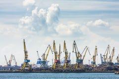 Werft, Kräne und Eisenabfall Stockbilder