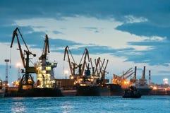 Werft mit Lieferungen zur Dämmerungszeit Stockfoto