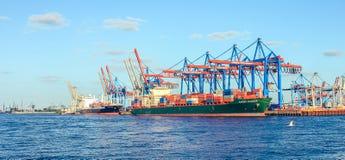 Werft- und Hafenschiffbau mit Kranmaschine und -Containerschiff in Hamburg Deutschland lizenzfreies stockbild