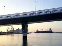 Werfte mit der Brücke von La ConstituciÃ-³ n, genannt La Pepa, in CÃ-¡ diz Hauptstadt, Andalusien spanien Lizenzfreies Stockfoto