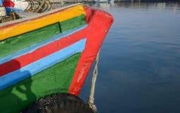 Werfte und Schiffsbau und Reparatur von den hölzernen Booten gemalt Stockbilder