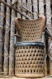 Werk Afrikaanse hout gesneden stoel bij het traditionele paleis van Fon ` s in Bafut, Kameroen, Afrika uit Stock Afbeeldingen