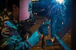 Werk een lassenarbeiders in fabrieken Royalty-vrije Stock Afbeeldingen