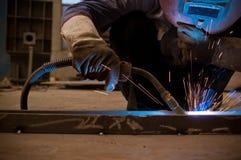 Werk een lassenarbeiders in fabrieken Royalty-vrije Stock Foto's