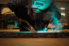 Werk een lassenarbeiders in fabrieken Royalty-vrije Stock Afbeelding