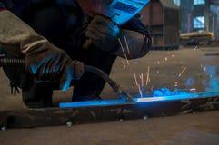 Werk een lassenarbeiders in fabrieken Stock Afbeelding