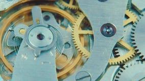 Werk het uiteinde van een soldeerbout stock footage
