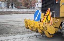 Werk in uitvoering, asfalt het leggen Wegenaanleg Wegenbouwmachines stock afbeelding