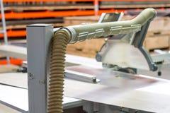 Werk in uitvoering die hout zagen close-up die van blad is ontsproten Een machine die hout, spaanplaat en houtvezelplaat zaagt stock foto
