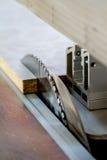 Werk in uitvoering die hout zagen close-up die van blad is ontsproten Een machine die hout, spaanplaat en houtvezelplaat zaagt royalty-vrije stock foto