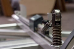 Werk in uitvoering die hout zagen close-up die van blad is ontsproten Een machine die hout, spaanplaat en houtvezelplaat zaagt stock fotografie