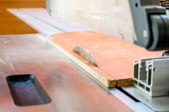 Werk in uitvoering die hout zagen close-up die van blad is ontsproten Een machine die hout, spaanplaat en houtvezelplaat zaagt royalty-vrije stock fotografie