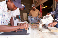 Werk in uitvoering in een timmerwerkworkshop, Zuid-Afrika stock foto's