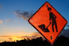 ` Werk in uitvoering `/wegwerkzaamhedenteken bij zonsondergang royalty-vrije stock foto