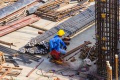 Werk van de het staalsnijmachine van het arbeidersgebruik het elektrische industriële in de bouw van de gebiedsbouw stock fotografie