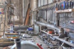 Werkbank in einer alten schmutzigen Werkstatt. Lizenzfreies Stockfoto
