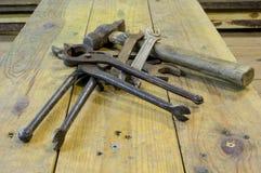 Werkbank met gebruikte hulpmiddelen, vuil, roestig royalty-vrije stock afbeeldingen
