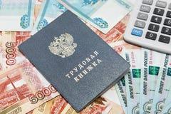 Werkboek en calculator op de achtergrond van Russisch geld Stock Foto