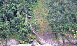 Werkelijk lange voetgangersbrug hoog boven de grote rivier royalty-vrije stock afbeelding