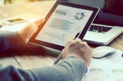 Werkend aan een bureau numerieke analyse, financiële boekhouding Het grafisch voorstellen van Calculator op tablet royalty-vrije stock foto's