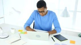 Werkend aan laptop in bureau, creatieve freelancerontwerper stock videobeelden