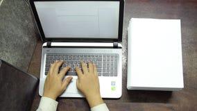 Werkend aan laptop, die aan gegevensbestand sparen stock videobeelden
