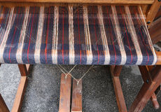 werkend antiek houten weefgetouw om de stoffen te weven royalty-vrije stock foto's