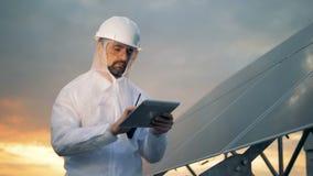 Werkend ingenieur aan een dak, sluit omhoog Innovatief de industrieconcept stock footage