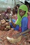 Werkend meisje in het breken van gebied, Dhaka, Bangladesh Stock Afbeeldingen