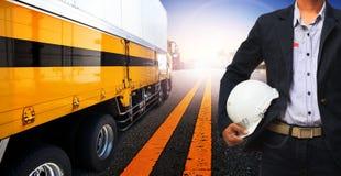 Werkend mens en containervrachtwagengebruik voor vervoer over land, de industrie royalty-vrije stock foto's
