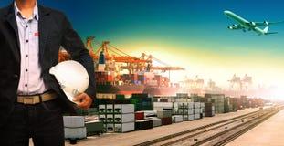 Werkend mens en schip, treinen, vliegtuig, logistische vrachtlading en I stock afbeelding