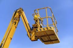 Werkend platform van een gele liftvrachtwagen stock afbeelding